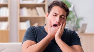 ものを噛むと歯が痛い! その原因と治療方法を解説します。
