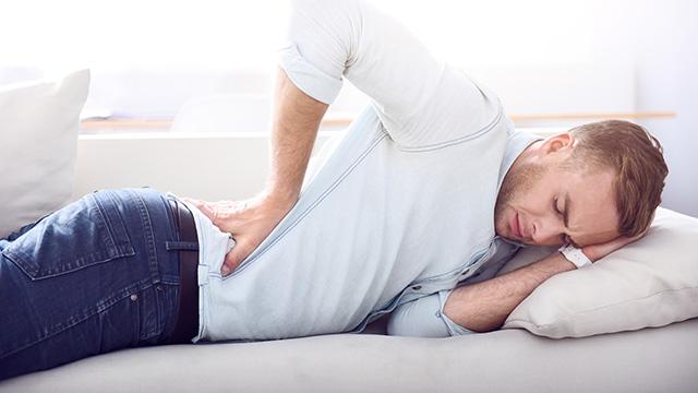 腰椎椎間板ヘルニアの症状や原因は? 他の腰痛と見分けるポイント