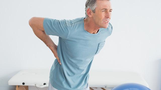 ぎっくり腰の症状と原因を知ってつらい痛みに対処する方法