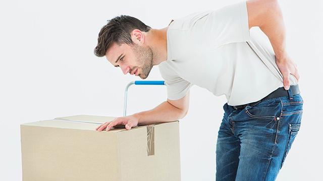 腰への負担が少ない荷物の持ち方