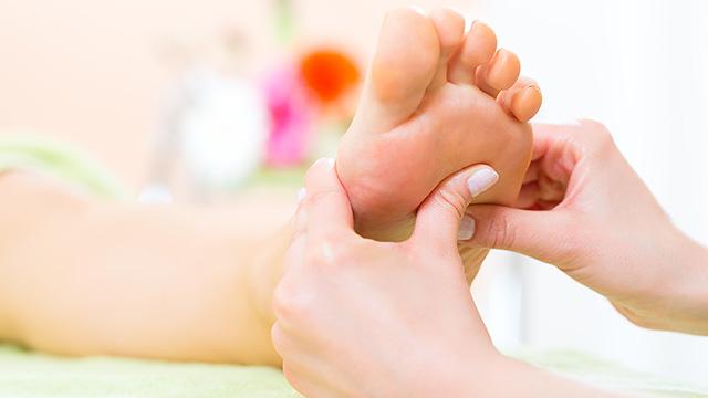 足底腱膜炎の症状に悩む人