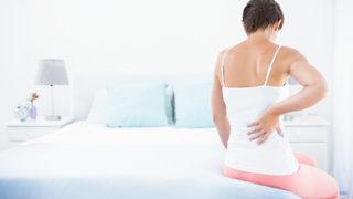 寝起きの腰痛がつらい方へ! 腰に負担をかけない寝方を実現する方法