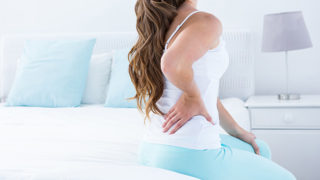 ベッドやマットレスが腰痛の原因になる? 理由や対策法を紹介します。