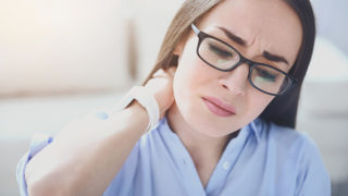 首の痛みが続く原因とは?自分でもできる簡単な解消法をご紹介します。