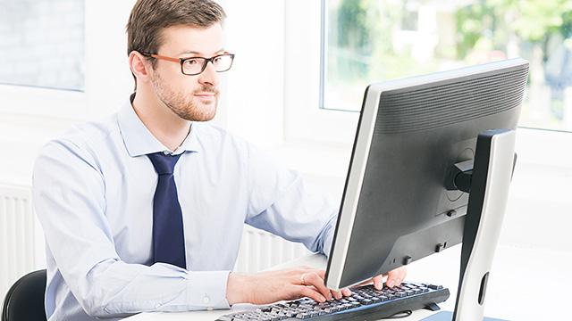 パソコンワークが原因の肩こり