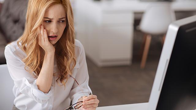 歯周病は口臭を招く! 歯茎の腫れや出血など歯槽膿漏の原因を解説
