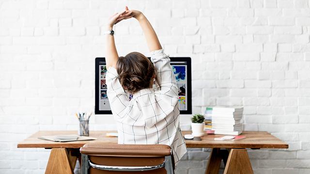 デスクワークの肩こり・腰痛を解消! 座ったままできる簡単ストレッチ