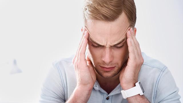 肩こりからくる頭痛や吐き気の原因は?痛みから解放されるための方法
