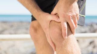 膝に水が溜まるとはどういうこと? 原因や治療法と共に紹介します。